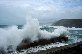 bateau tempête en mer