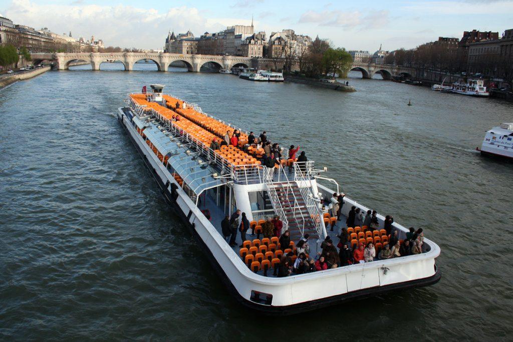 bateaux mouches ou bateaux parisiens